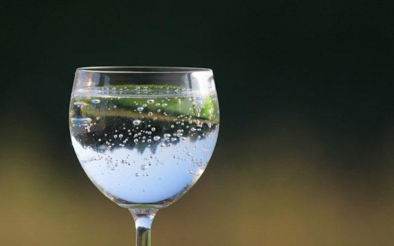 Cinco mitos sobre agua mineral com gas