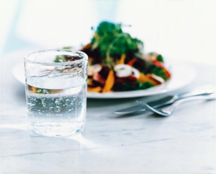 A água de reservatórios metálicos e as refeições