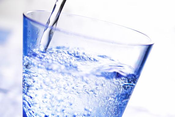 Como é feita a água mineral com gás